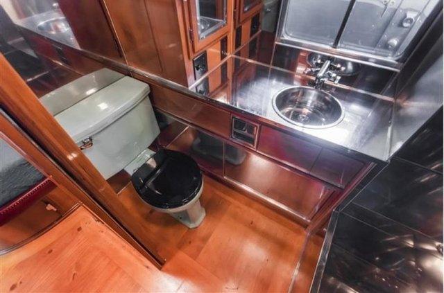Один з найдорожчих і розкішних будинків на колесах 50-х років виставлять на торги - фото 374593