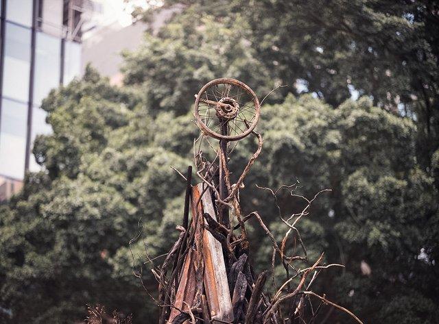 В Австралії поставили ялинку зі спалених гілок, і ось чому - фото 375399