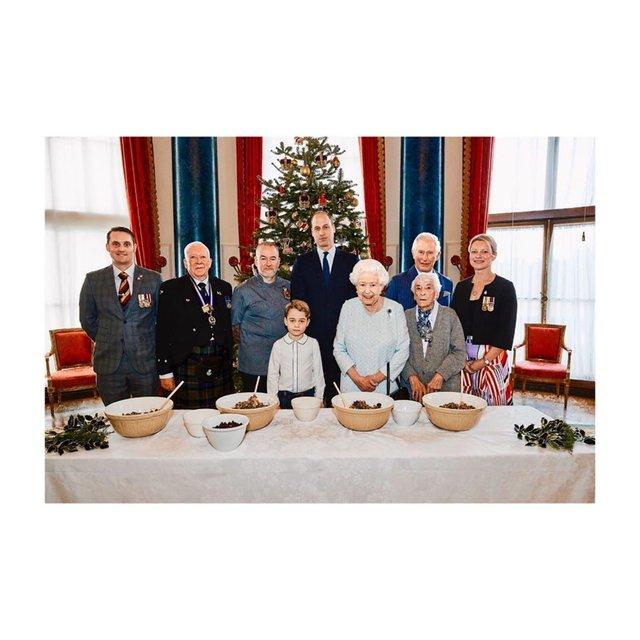 Готують всі: Єлизавета ІІ з сином, внуком і правнуком взялися за різдвяний пудинг - фото 375780