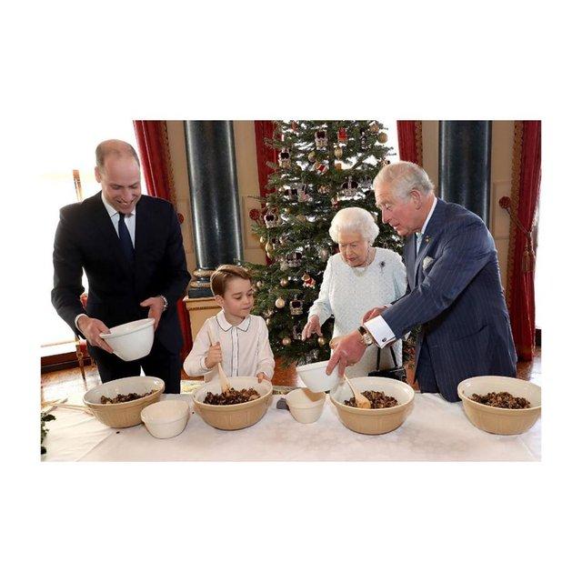 Готують всі: Єлизавета ІІ з сином, внуком і правнуком взялися за різдвяний пудинг - фото 375781