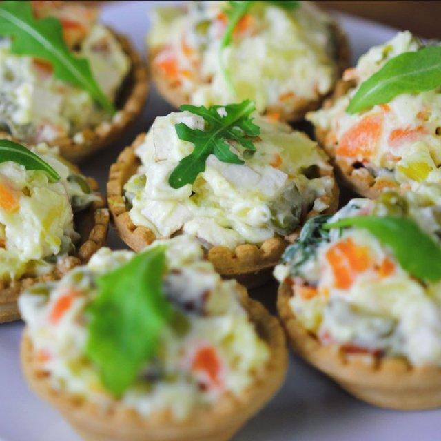 Олів'є на Новий рік 2021: прості рецепти приготування салату у фото - фото 376469
