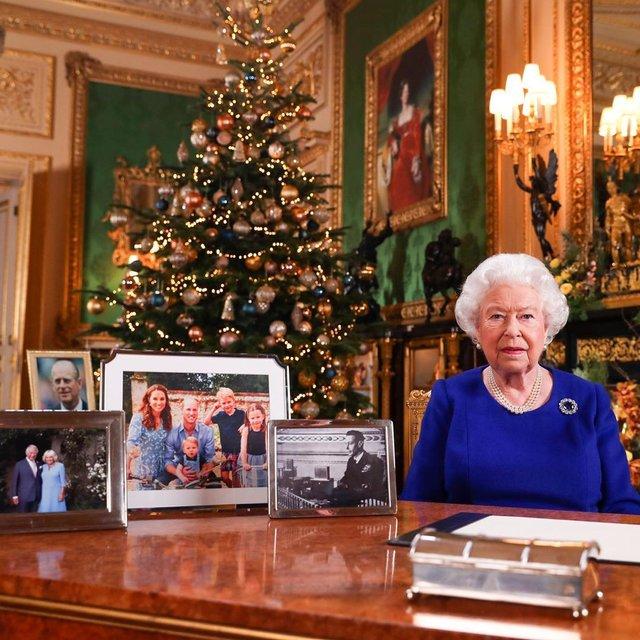 Зверніть увагу на світлини, які стоять на столі Єлизавети ІІ - фото 376784