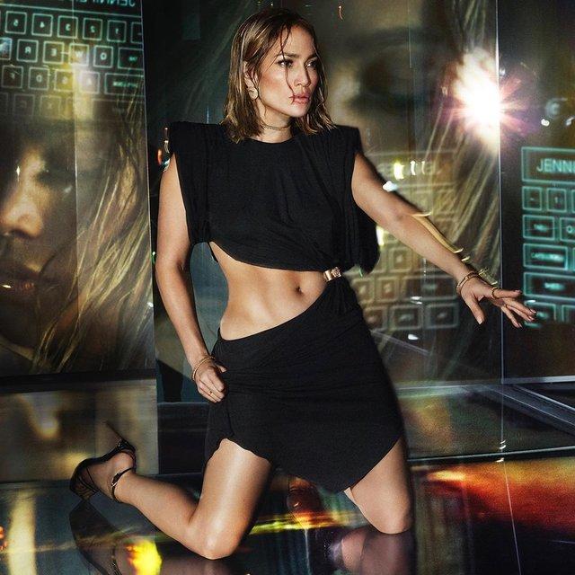 Дженніфер Лопес знялася в сексуальних образах для реклами Versace: пікантні фото - фото 379442