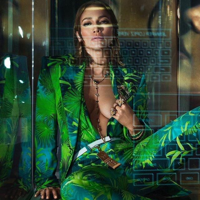 Дженніфер Лопес знялася в сексуальних образах для реклами Versace: пікантні фото - фото 379443