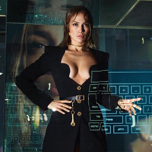 Дженніфер Лопес знялася в сексуальних образах для реклами Versace: пікантні фото - фото 379444
