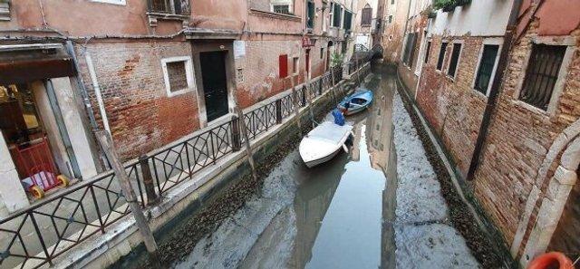 У Венеції аномально впав рівень води в каналах: вражаючі фото - фото 379683