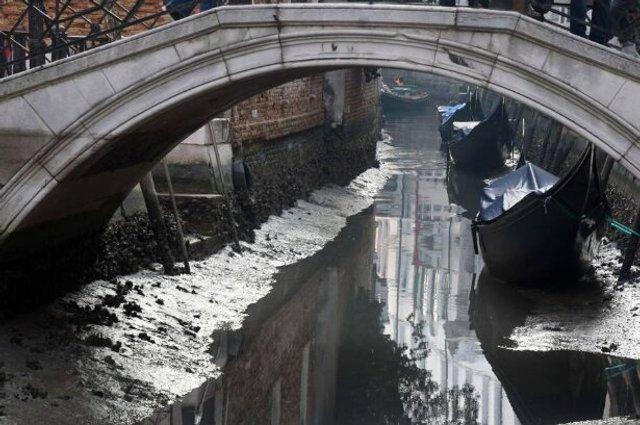 У Венеції аномально впав рівень води в каналах: вражаючі фото - фото 379684