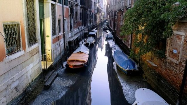 У Венеції аномально впав рівень води в каналах: вражаючі фото - фото 379685