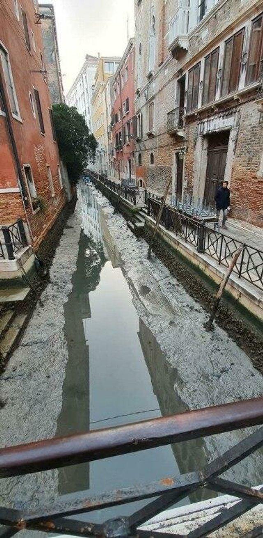 У Венеції аномально впав рівень води в каналах: вражаючі фото - фото 379686
