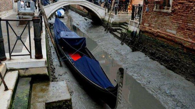 У Венеції аномально впав рівень води в каналах: вражаючі фото - фото 379687