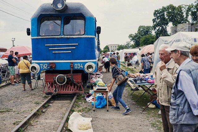 Як виглядає ринок на Закарпатті, крізь який проходить поїзд: фото - фото 379704