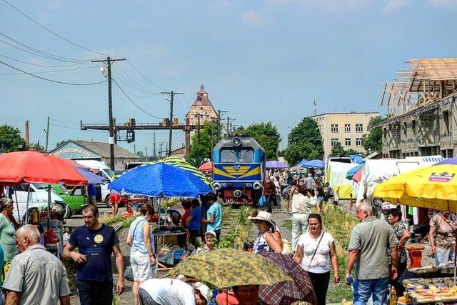 Як виглядає ринок на Закарпатті, крізь який проходить поїзд: фото - фото 379705