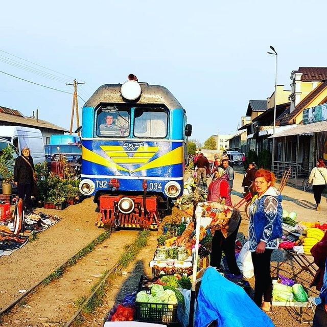 Як виглядає ринок на Закарпатті, крізь який проходить поїзд: фото - фото 379706