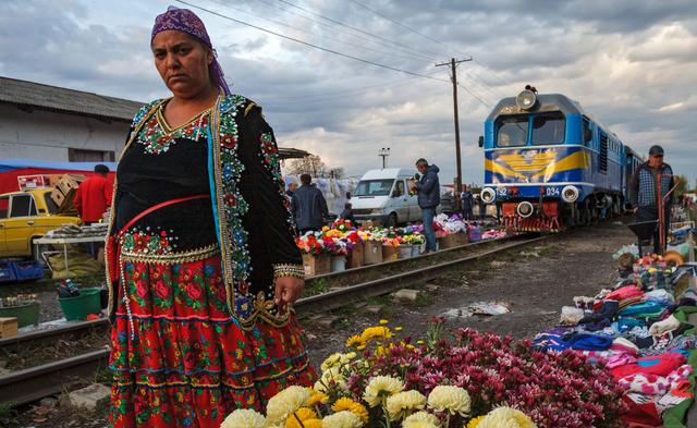 Як виглядає ринок на Закарпатті, крізь який проходить поїзд: фото - фото 379707