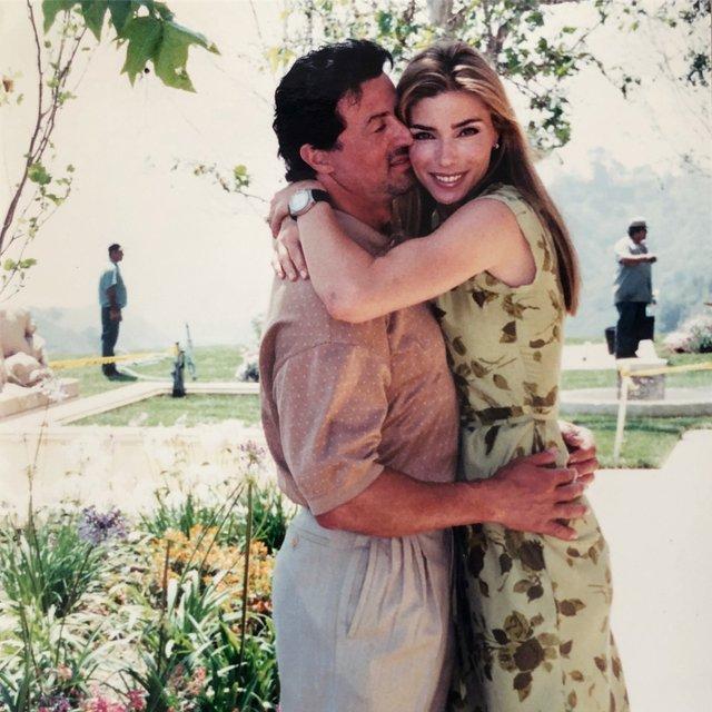 Моделі 90-х: як змінилася ефектна дружина Сталлоне Дженніфер Флавін (18+) - фото 379840