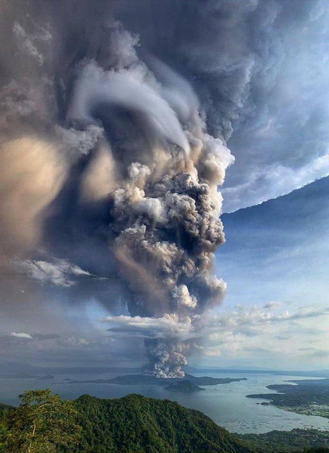 Мережу вразив весільний знімок, зроблений на тлі виверження вулкана - фото 379891