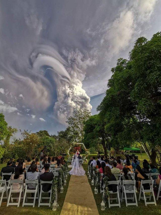 Мережу вразив весільний знімок, зроблений на тлі виверження вулкана - фото 379892