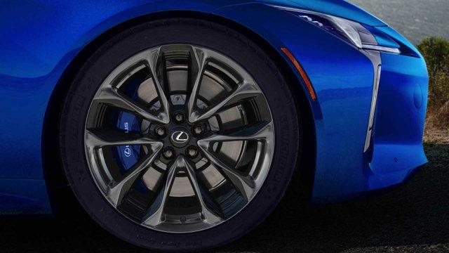 З молотка піде перший кабріолет Lexus LC 500: покупець отримає приємні бонуси - фото 380486