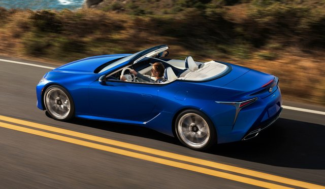 З молотка піде перший кабріолет Lexus LC 500: покупець отримає приємні бонуси - фото 380491