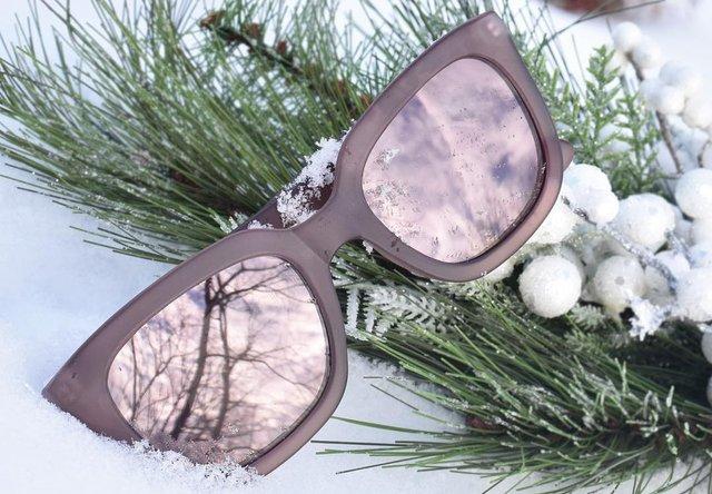 Чому варто носити сонцезахисні окуляри взимку - фото 380543