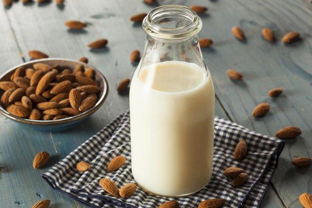 Медики розповіли про користь знежиреного молока - фото 381181