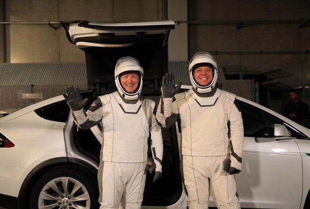 Космонавти знялись на фоні Tesla Model X - фото 381261