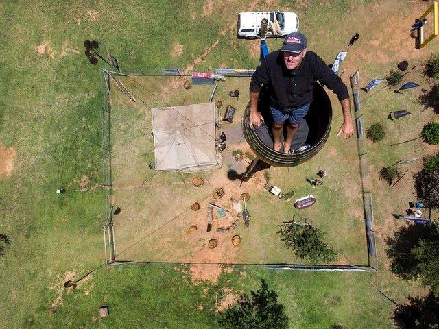 У ПАР чоловік живе в бочці заради рекорду: епічні фото - фото 381445