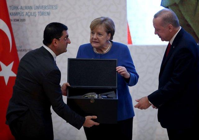 Меркель кумедно відреагувала на подарунок Ердогана: новий мем - фото 381918