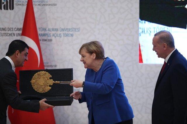 Меркель кумедно відреагувала на подарунок Ердогана: новий мем - фото 381919