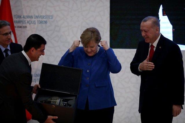 Меркель кумедно відреагувала на подарунок Ердогана: новий мем - фото 381920
