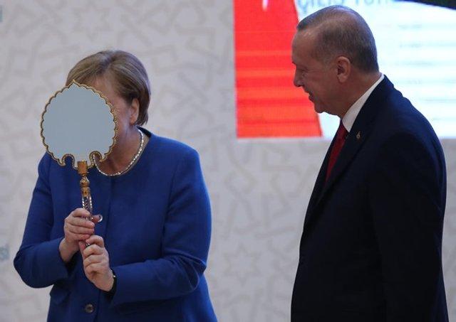 Меркель кумедно відреагувала на подарунок Ердогана: новий мем - фото 381921