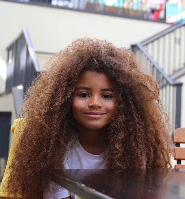 Школи відмовилися від дитини через незвичайну зачіску - фото 382046