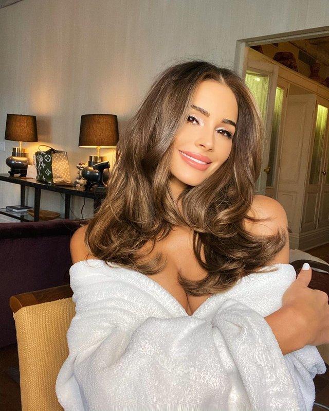 Зваблива Міс Всесвіт 2012 підкорила фото лише у халаті - фото 382295