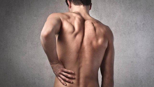 Біль у нирках може свідчити про надлишок солі в раціоні - фото 383074
