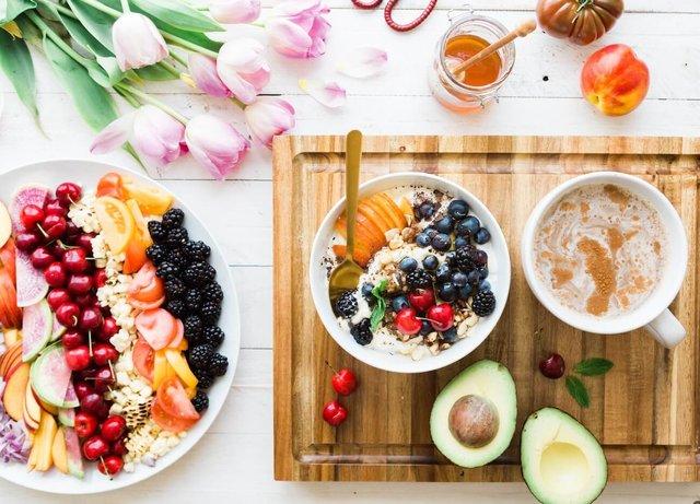 Додайте до раціону більше овочів, фруктів і ягід - фото 383902