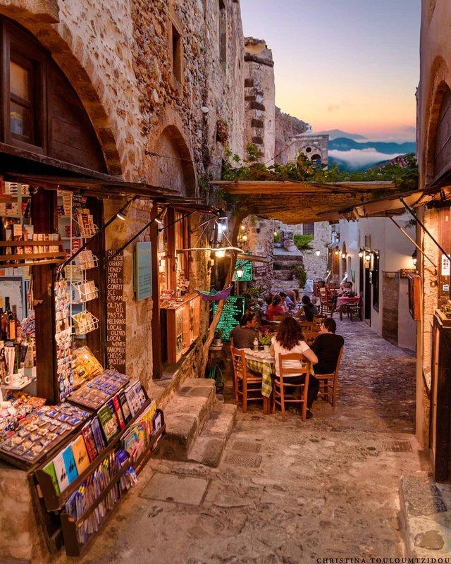 Як виглядає життя у Греції: яскраві вуличні фото - фото 383978