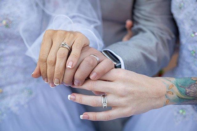 Дві наречені вийшли заміж за одного чоловіка - фото 384778