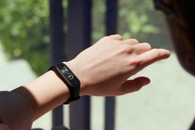 Фітнес-браслети ідеально виглядають на тендітних жіночих руках - фото 385499