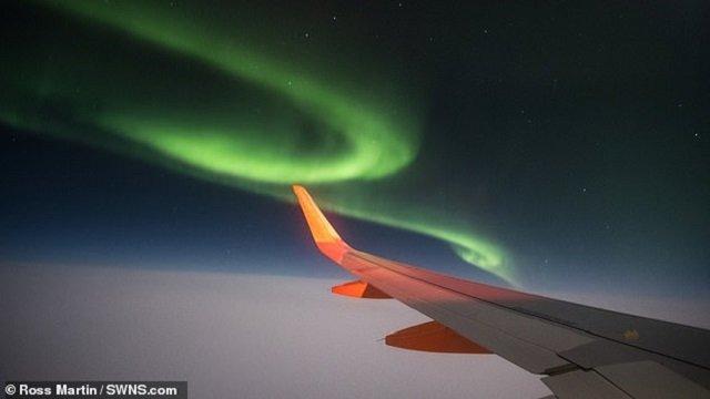 Пасажир зняв вражаюче північне сяйво з вікна літака: фотофакт - фото 385511