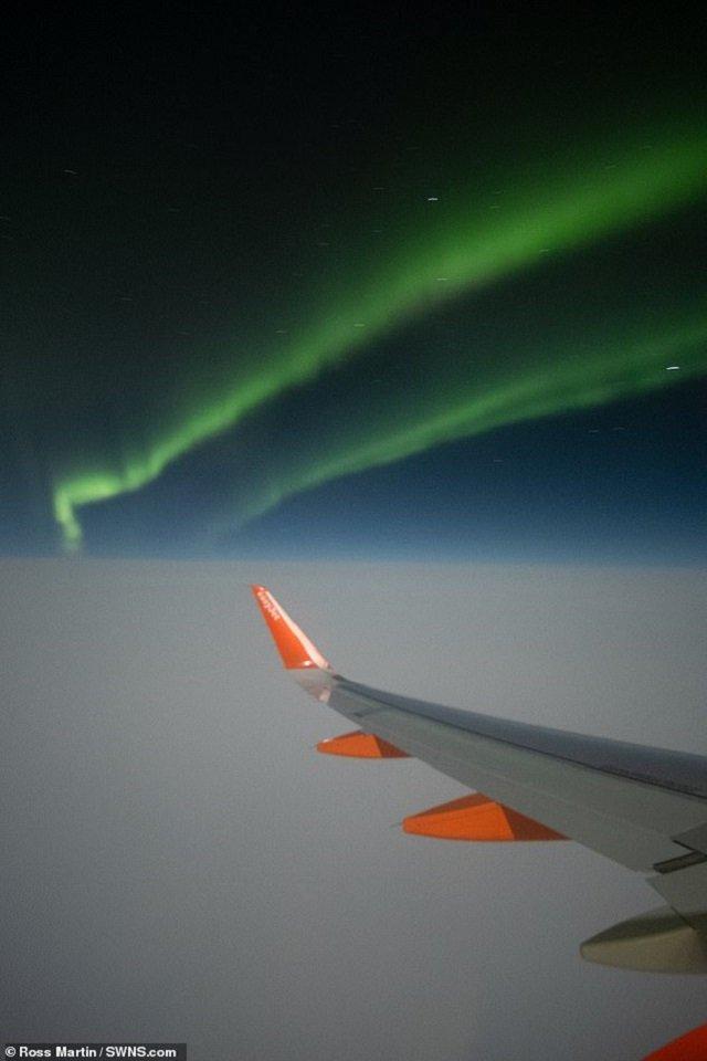 Пасажир зняв вражаюче північне сяйво з вікна літака: фотофакт - фото 385512