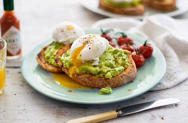 Перекусіть тостом з авокадо та яйцем - фото 385993
