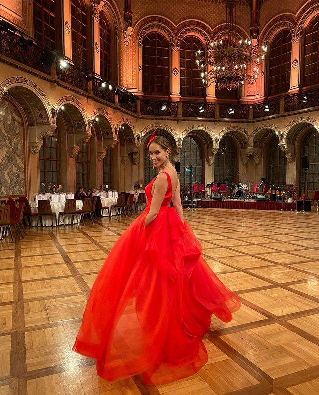 Катя Осадча вразила глибоким декольте в розкішній сукні - фото 386429