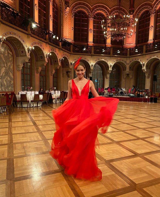 Катя Осадча вразила глибоким декольте в розкішній сукні - фото 386430
