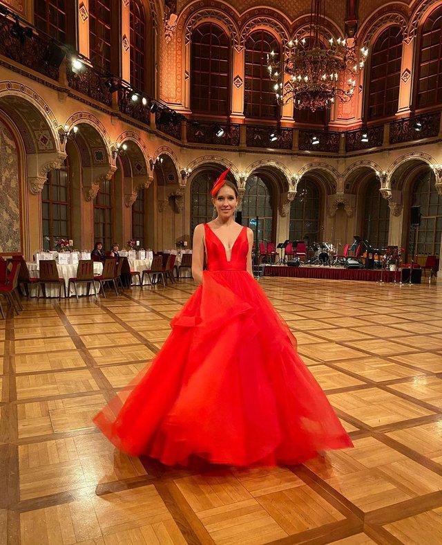 Катя Осадча вразила глибоким декольте в розкішній сукні - фото 386431
