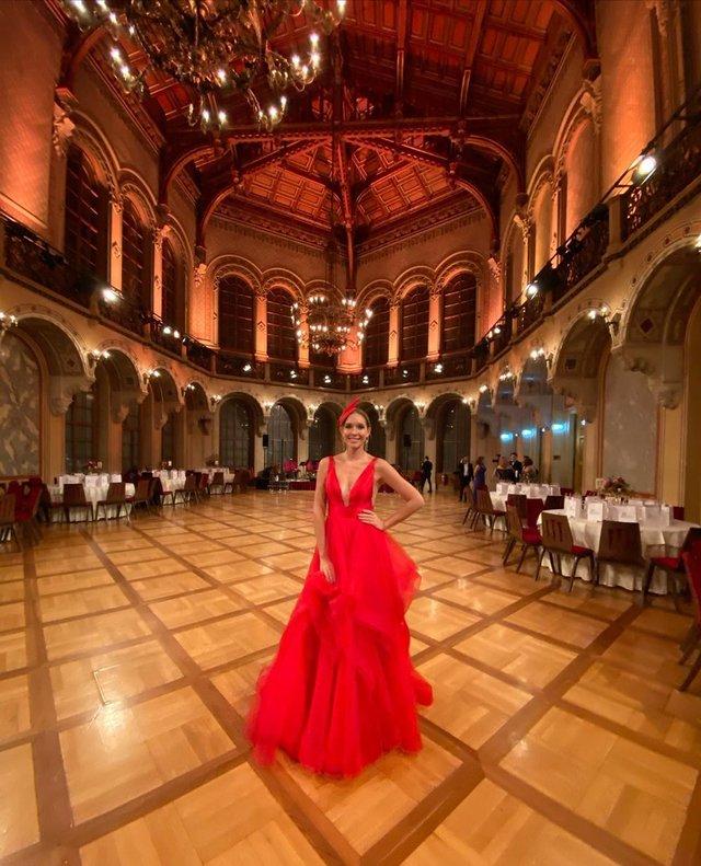 Катя Осадча вразила глибоким декольте в розкішній сукні - фото 386432