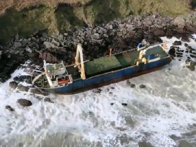 Біля берегів Ірландії з'явився корабель-привид: фотофакт - фото 386675