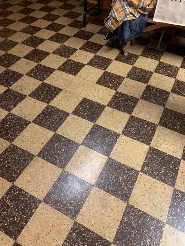 Пекло перфекціоністів: епічні фото підлоги, де щось пішло не так - фото 387109