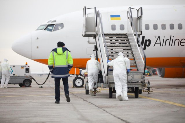 Літак з українцями з Уханя приземлився  - фото 387159