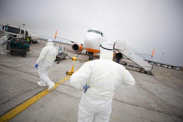 Літак з українцями з Уханя приземлився  - фото 387160