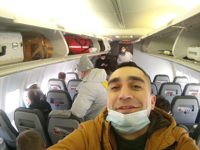 Евакуйовані українці на борту літака - фото 387198